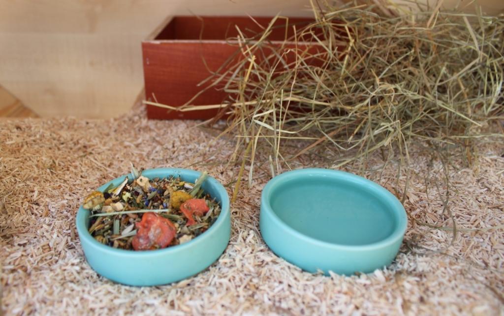 Futternapf und Tränke für den Hamster